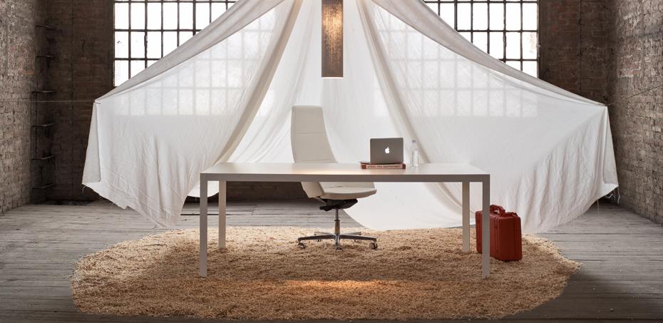 Scrivania ufficio in legno design frame di sinetica for Scrivanie direzionali moderne