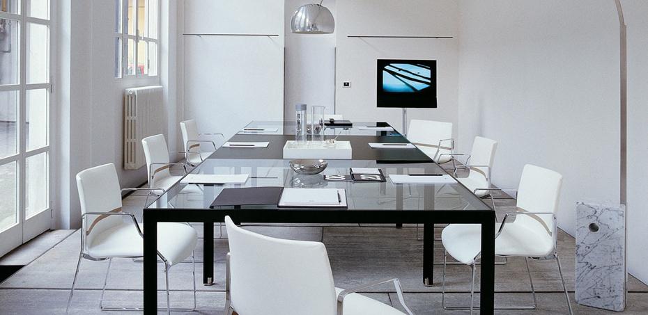 Tavoli per riunioni in vetro for Produttori tavoli allungabili
