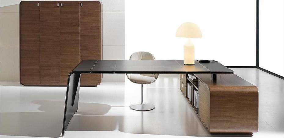 Scrivania in pelle design sestante design nikolas chachamis for Scrivania design