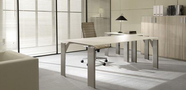 Scrivanie moderne per uffici manageriali moderni di design for Uffici di design
